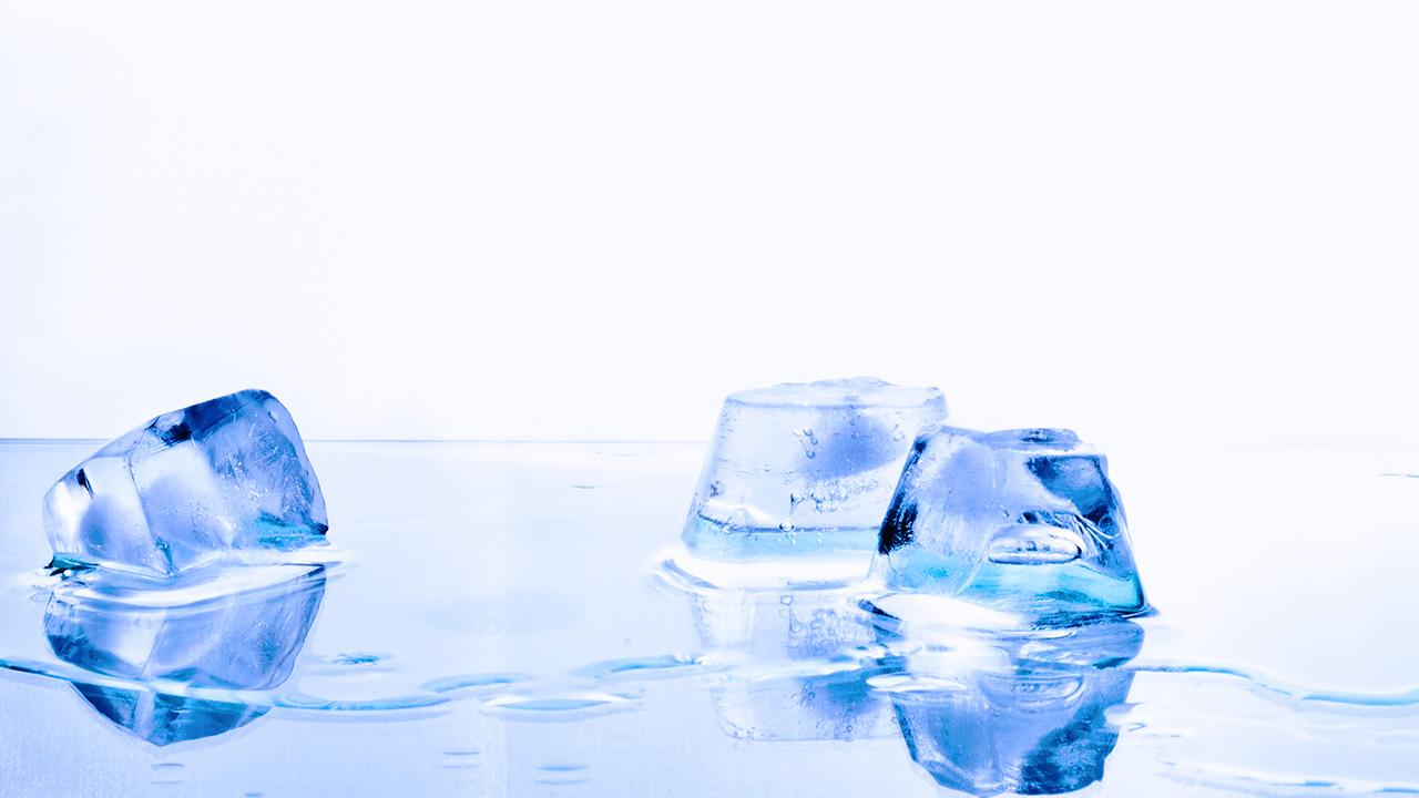 poner los pies en agua tibia con sal