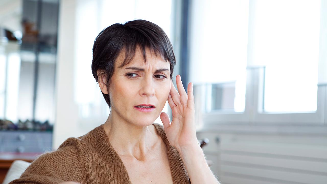 ¿Qué causa el sonido agudo en los oídos?