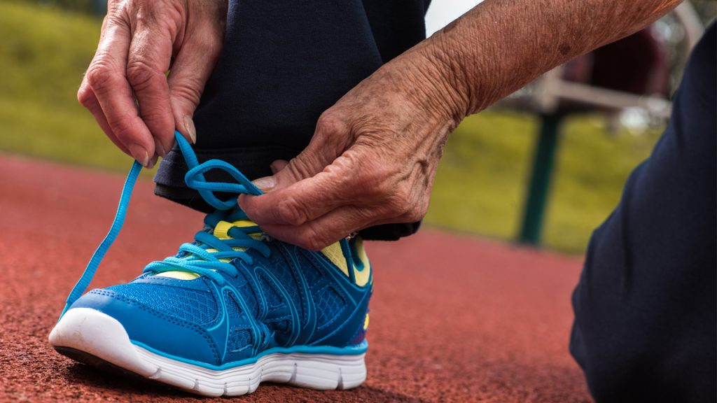 hacer-ejercicio-despues-50-anos-calzado-zapatillas