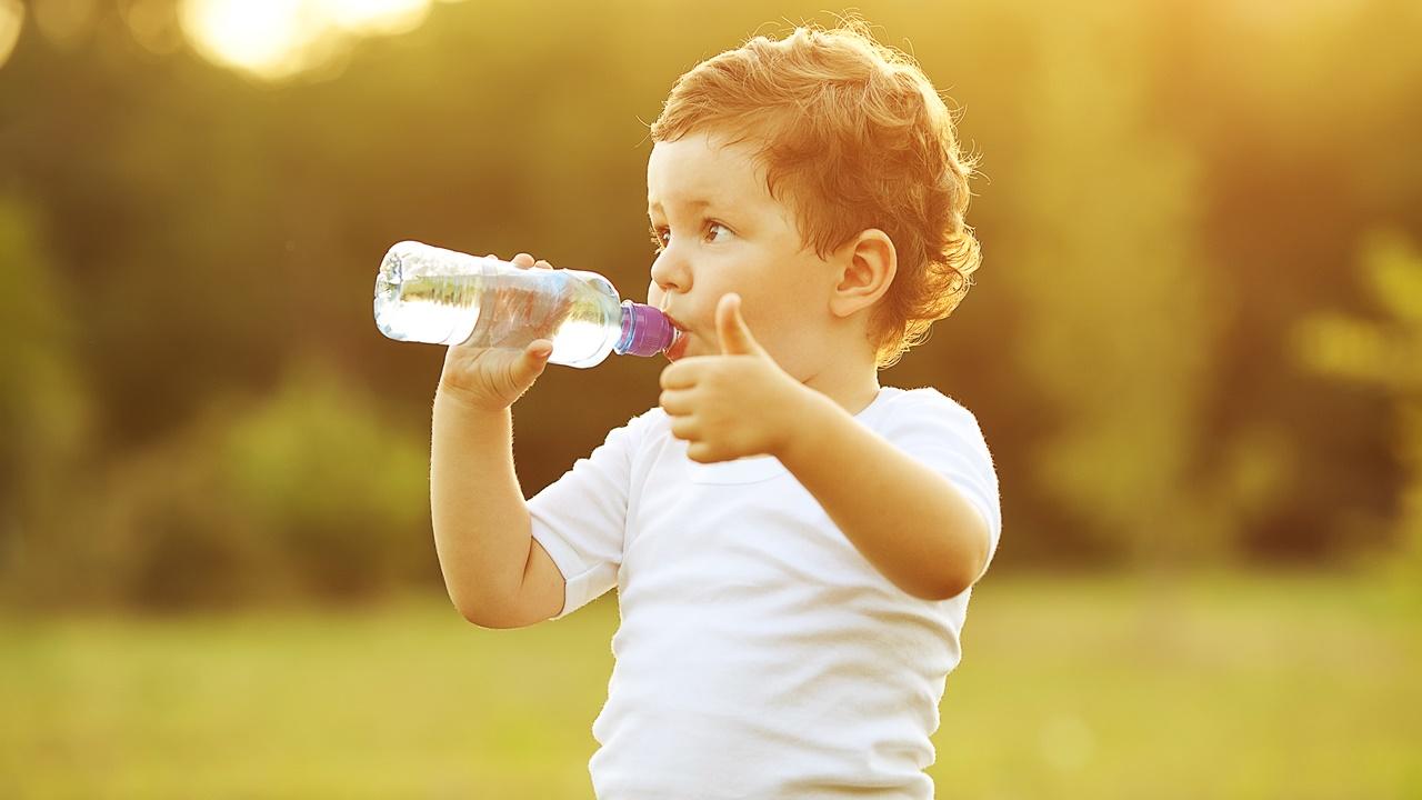 Niño toma agua
