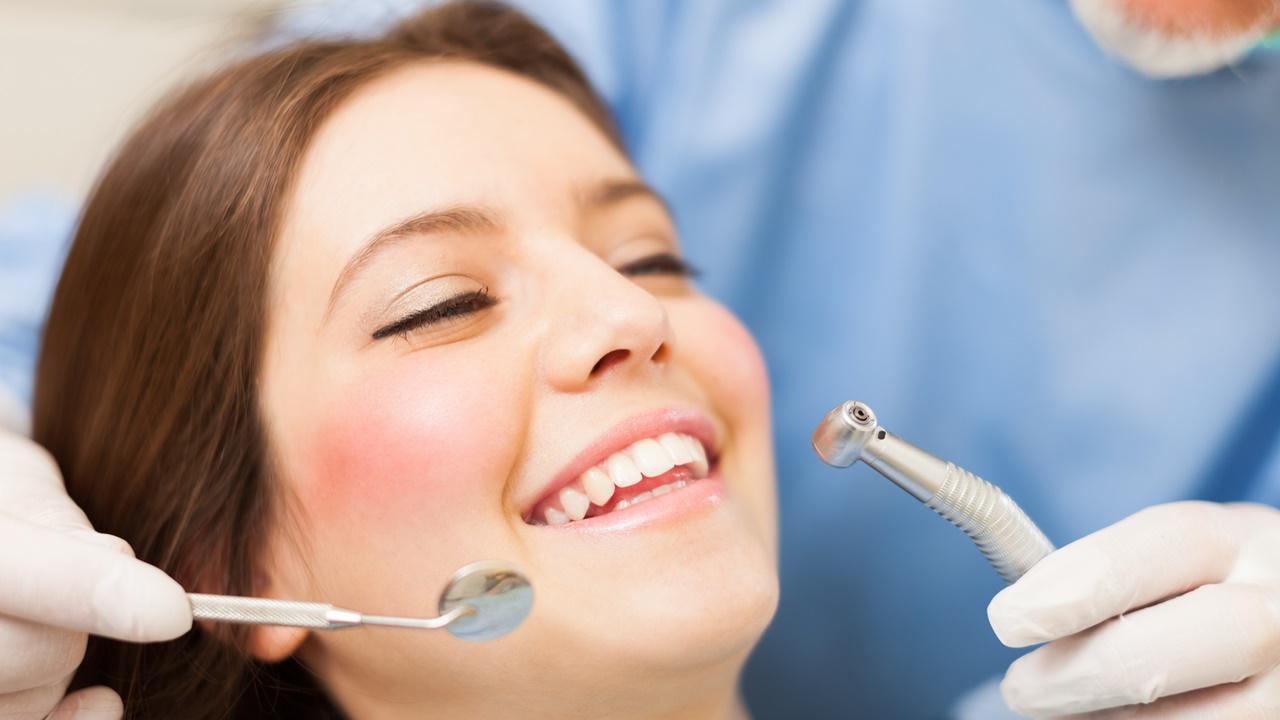 chica en dentista - corazón