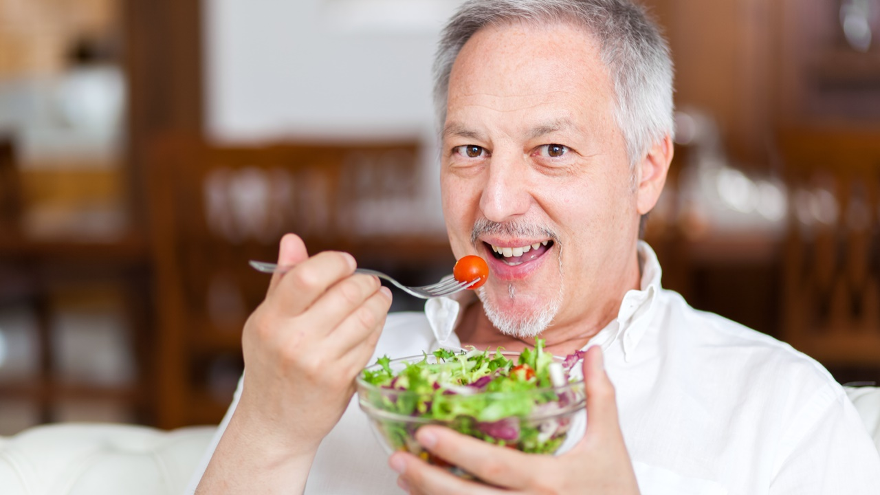 hombre come sano