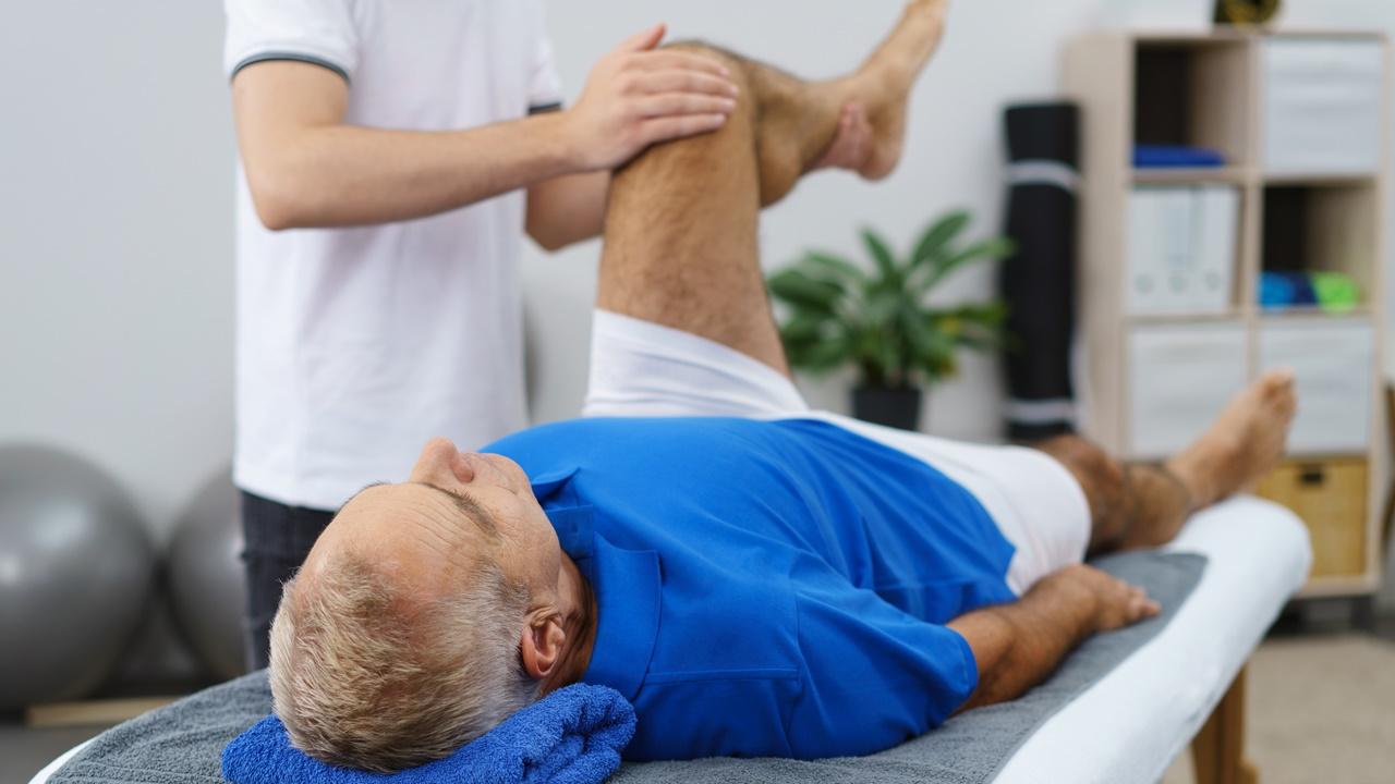 hombre rehabilitación rodilla