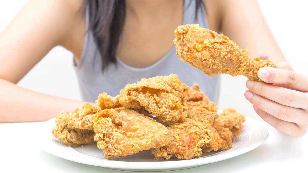 mujer pollo grasas