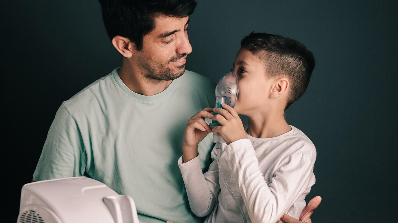 niño con asma respirador